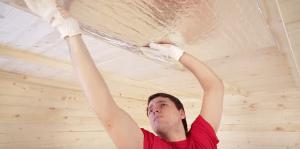 Крепление плит утеплителя на потолок. На фото - использование фольгированного утеплителя