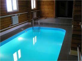 Голубой бассейн с облицовкой плиткой