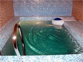 Банный бассейн с гидромассажем и облицовкой мозаикой