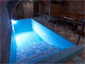 Бассейн со ступенями и красивой отделкой