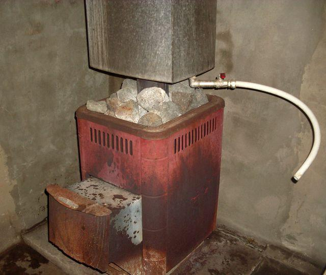 На фото виден кран и патрубок для подачи воды
