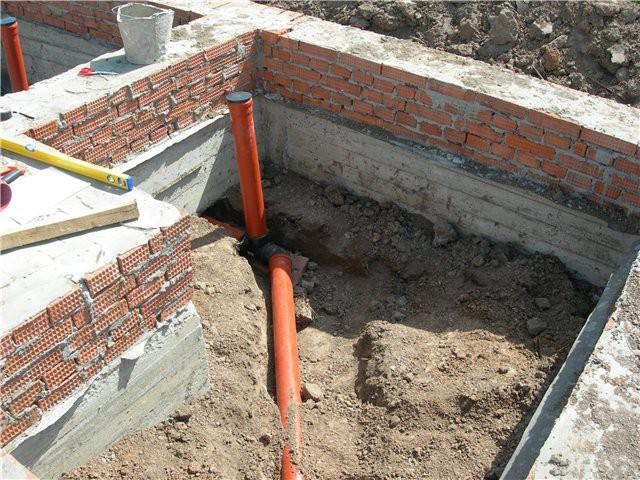 В местах подключения сантехники устанавливают вертикальные трубы с заглушками