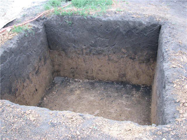 Готовая яма для квадратной купели