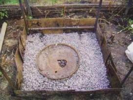 Дренажной слой в яме под сток воды из летнего дачного душа