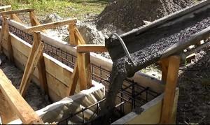 Заливка бетоном в опалубку ленточного фундамента