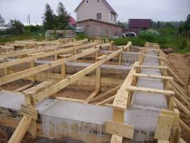 Ленточный фундамент. Фото. Работы будут вестись после демонтажа опалубки