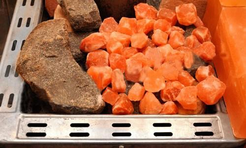 Мелкие камни из гималайской соли можно выкладывать непосредственно на каменку