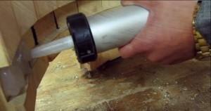 Нанесение герметика в паз