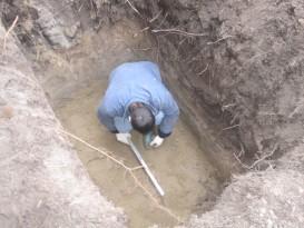 На выровненное дно котлована для септика укладывается слой песка толщиной 0,3 метра (при высоком УГВ – бетонная плита)