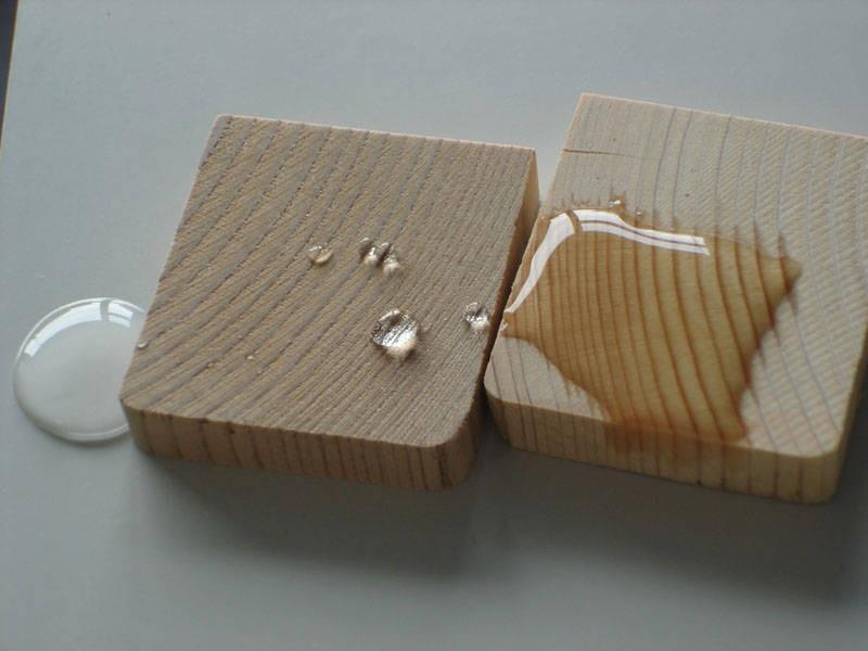 На фото слева защищенная древесина, а справа без защиты