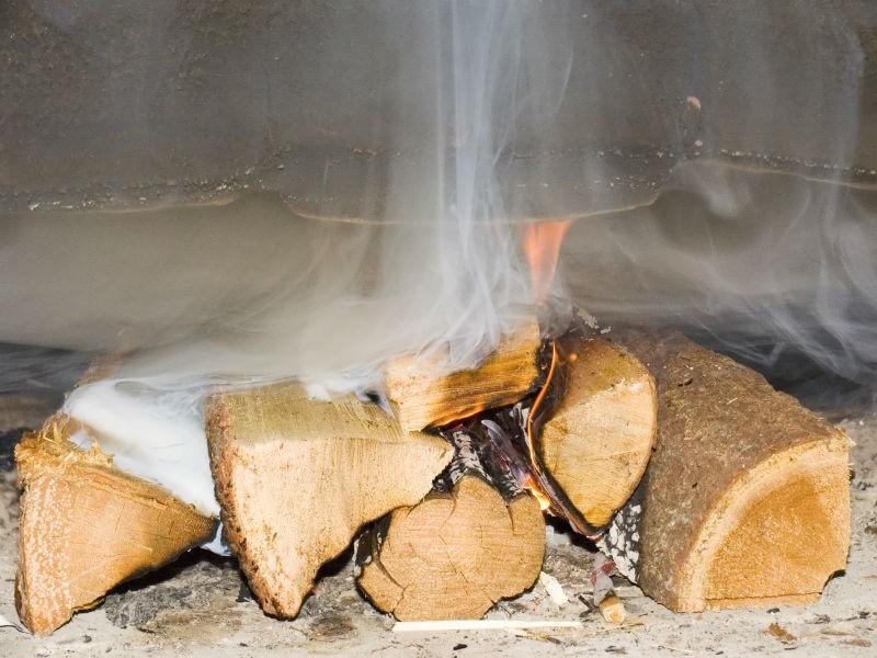Неприятный запах гари, дым в помещении, плохое горение дров – все это последствия обратной тяги в дымоходе