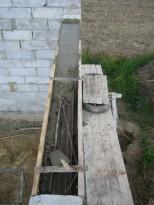 Опалубка над оконным проемом, процесс заливки бетона