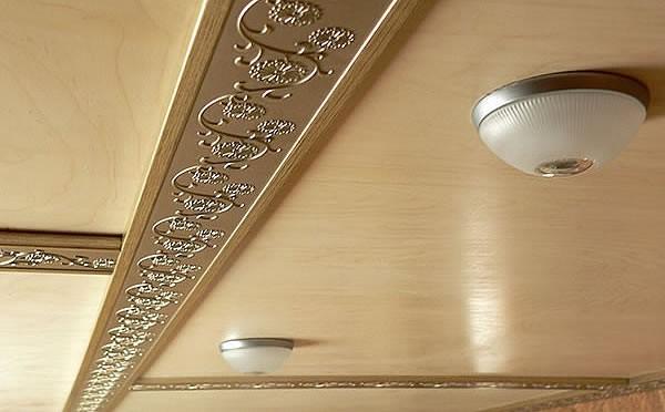 Отделка потолка фанерой, пример
