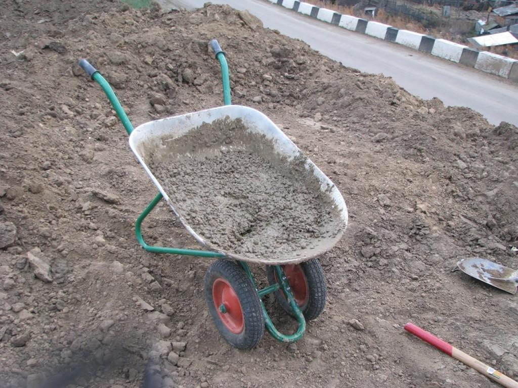 Подвозите бетон в тачке