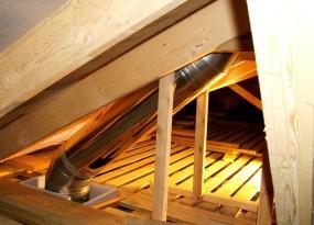 Пример вывода металлического дымохода через чердак