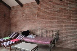 Пример комнаты отдыха в кирпичной бане