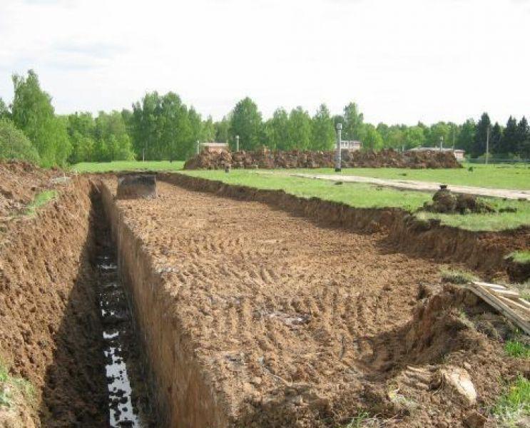 Пример площадки со снятым слоем почвы и траншеей