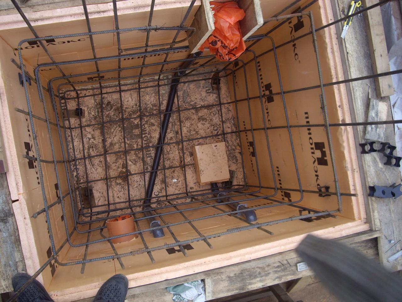 Пример установки арматуры. Также уложены плиты пеноплекса