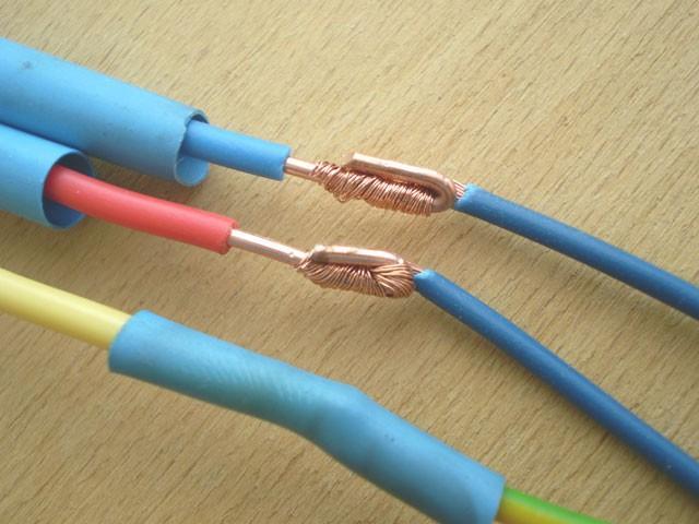 Скручивать провода недопустимо