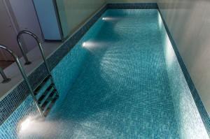 Современный теплый бассейн