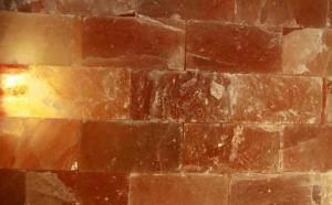 Соляная стена не только эффектна, но и полезна для здоровья
