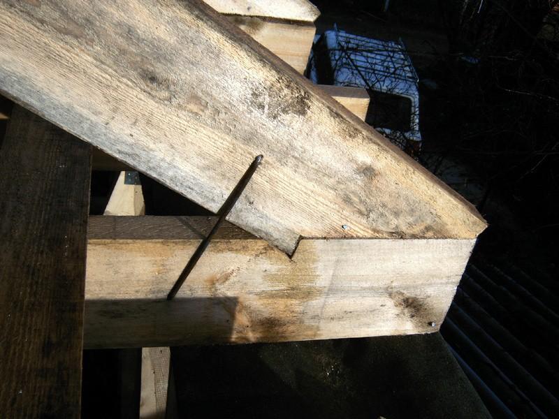 Стропила упираются в затяжку, соединение — шип с усилением стальной скобой