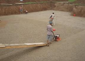 Трамбовка песчаной подушки виброплитой
