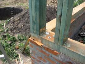 Фотография иллюстрирующая крепление угловых стоек при строительстве каркасного дома