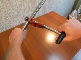 Немного подожмем ролики трубореза (подкрутив ручку трубореза по часовой стрелке) и опять обернем труборез вокруг трубы