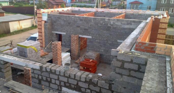 Тут применяется трехслойная система стен – кладка керамзитоблоков толщиной 40 см, далее утеплитель и кирпич