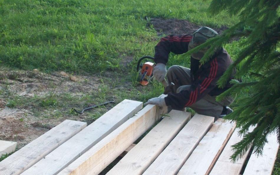 Заготовка стропил для крыши ведется на земле