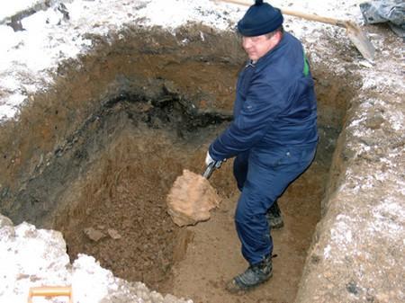 Выкапываем яму для сливного колодца
