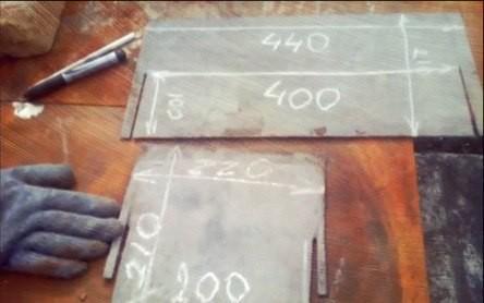 На стальных листах отметки для резки