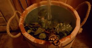 Миска наполняется горячей водой миска наполняется горячей водой