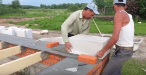 Установка первого углового блока