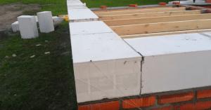 Кладка первого ряда блоков