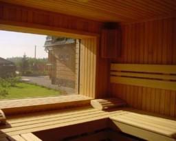 Большое панорамное окно в парной бани
