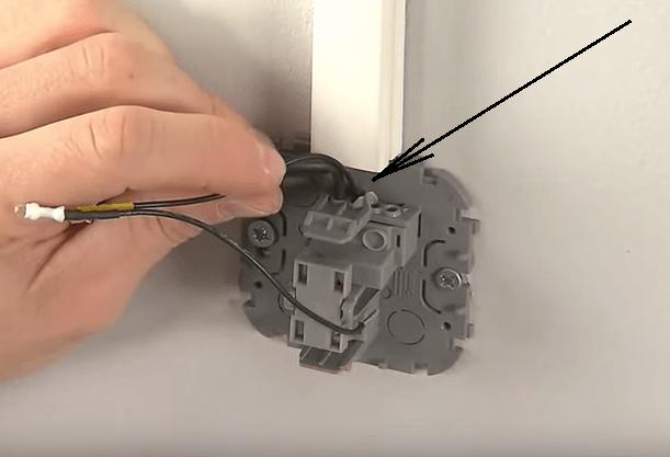 Вставляем подводящий провод и провод от светодиода