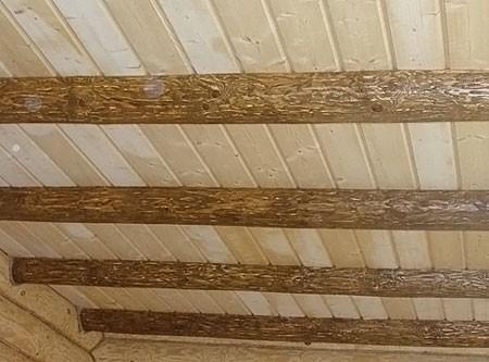 Декоративный настильный потолок по балкам перекрытия