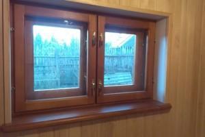 Деревянное окно в бане