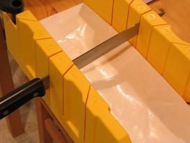 Как своими руками отрезать потолочный плинтус