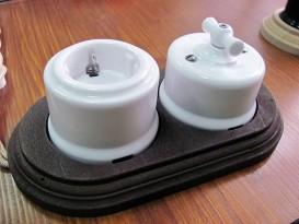 Керамический выключатель с розеткой для открытого крепления