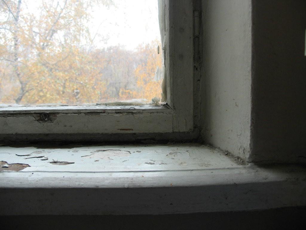 Краска на окне облупилась и потрескалась