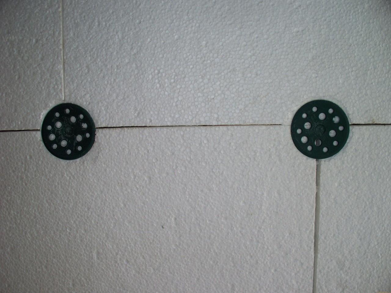 Листы пенопласта крепятся при помощи дюбелей-зонтиков