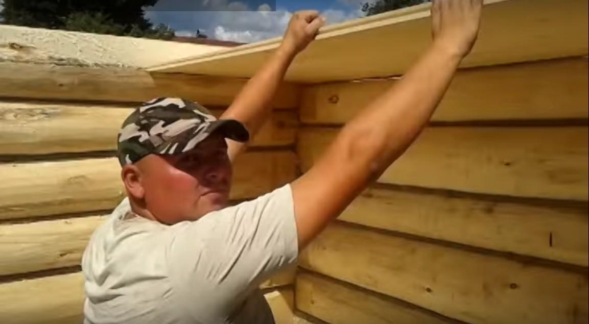 Настильный потолок по венцам сруба из шпунтованной доски