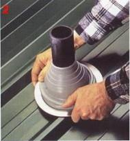 Натяните уплотнитель по трубе (мыльный раствор облегчает монтаж)