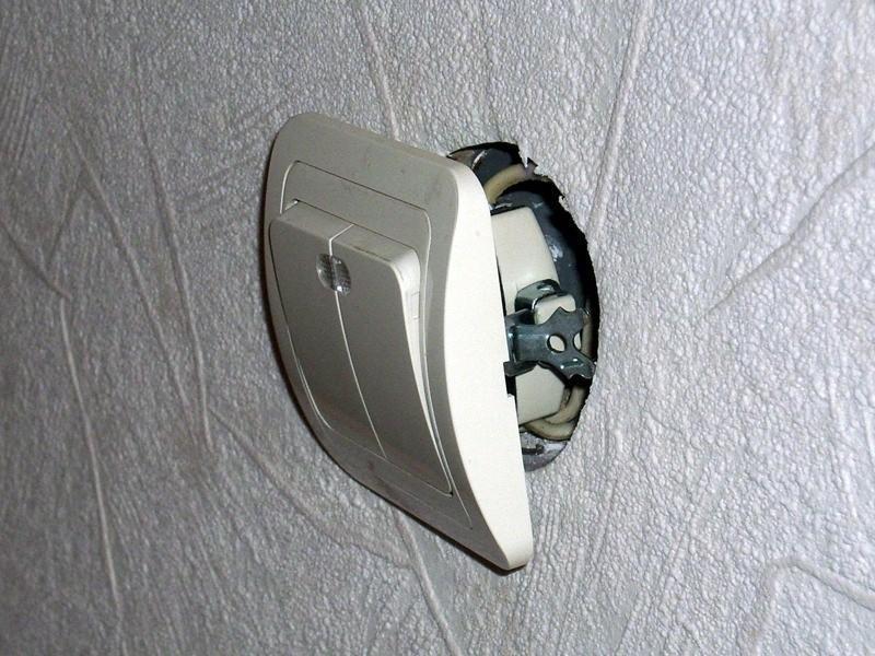 На фото крепления выключателя скрытой проводки