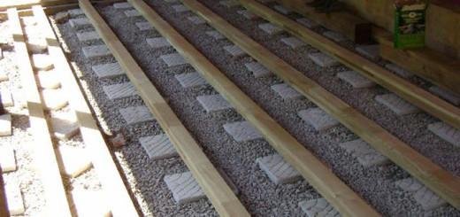 Опорные столбики засыпаны керамзитом