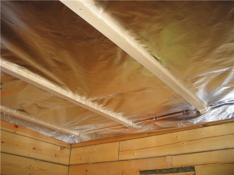 Пароизоляция потолка должна крепиться внахлест с фольгой на стенах