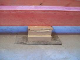 Подкладки закрепляются к стяжке или бетонному перекрытию саморезом и дюбель-пробкой